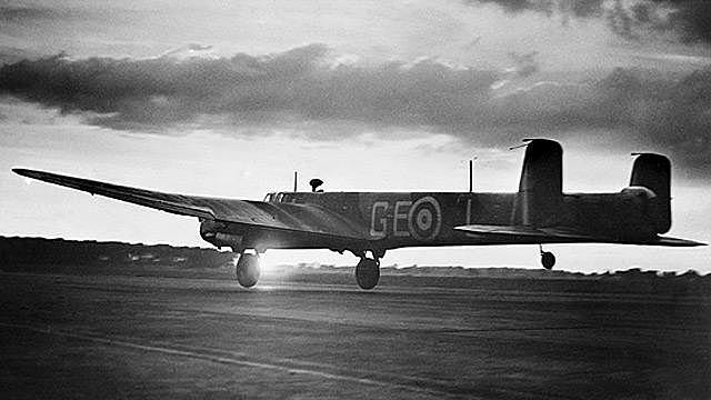 A aviação inglesa bombardeia a cidade de Berlim