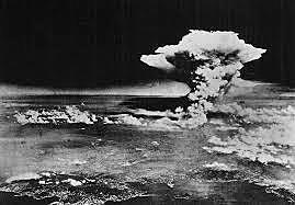 Os Estados Unidos lançam uma bomba atômica sobre a cidade japonesa de Hiroshima