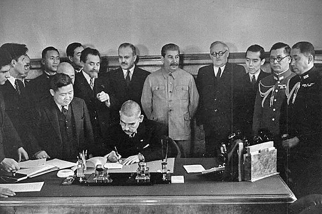 URSS e Japão assinam pacto de neutralidade