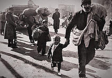 (Febrero 1939) Miles de refugiados y el propio gobierno republicano cruzan la frontera francesa; los franquistas conquistan el resto de Cataluña.