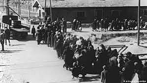 Exército vermelho libertam os prisioneiros do campo de concentração de Auschwitz.