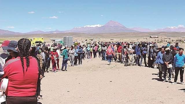 Bolivianos en Pisiga duermen a la intemperie, sin comida ni agua