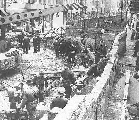 Alemanya de l'Est construeix un mur per separar Berlín oriental de l'occidental.