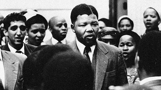 Nelson Mandela és empresonat a Suràfrica.