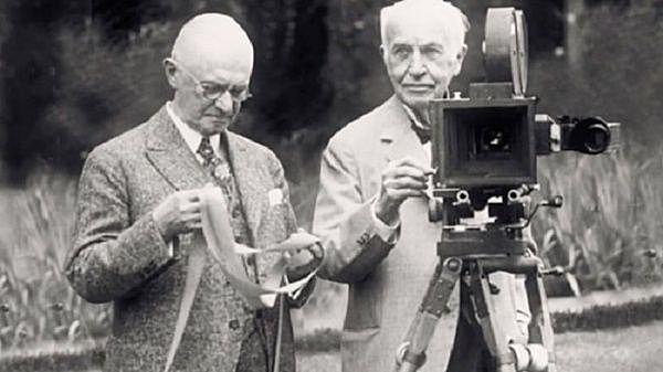 Louis i Auguste Lumière presenten el cinematògraf.