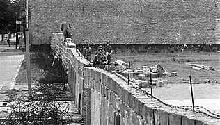 Alemanya de l'Est construeix un mur per separar Berlín oriental de l'occidental