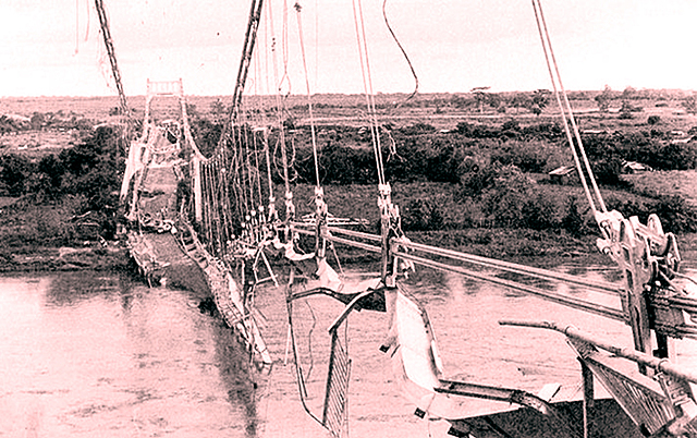 Es dinamitado el «Puente de Oro» sobre el río Lempa