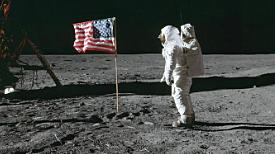 L'home trepitja la Lluna