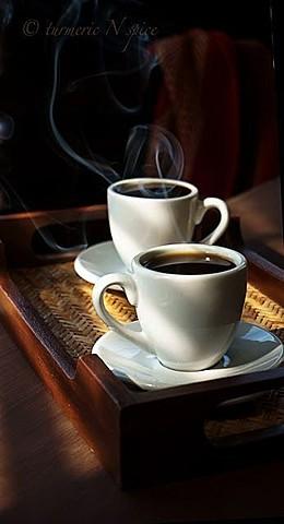 Maintenant je bois du café avec ma mère.