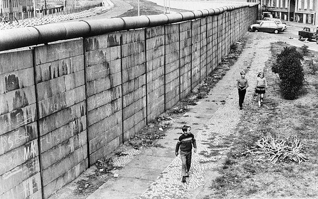 Inizio della costruzione del muro di Berlino.