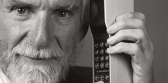 Se realiza la primera llamada a un teléfono móvil