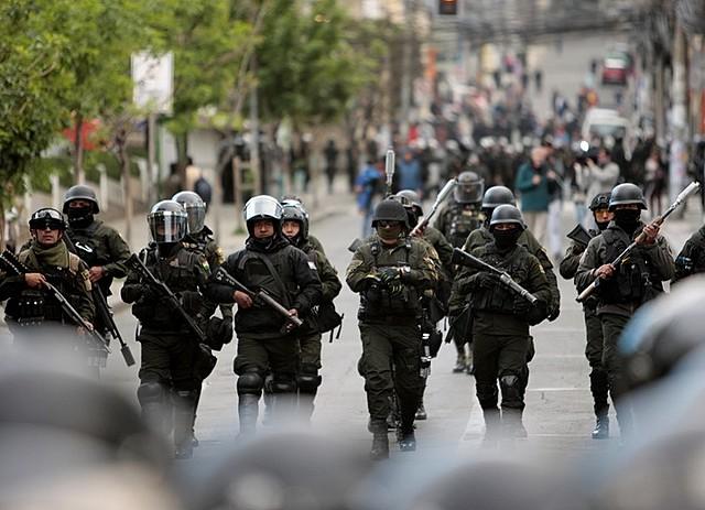 Las autoridades disuelven manifestacion en Mexico con violencia.