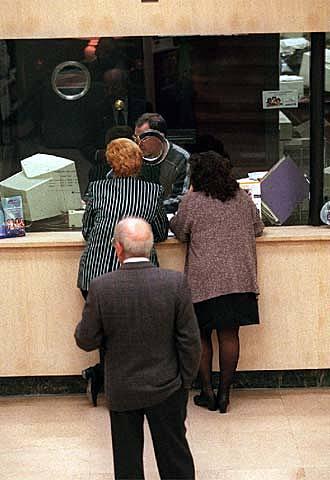 La banca es bolca en les comissions