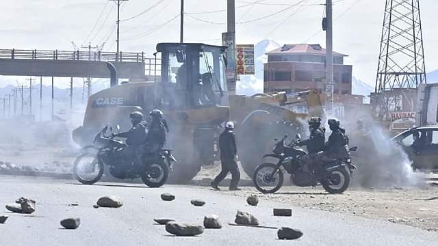 Policías y militares desbloquean puente Vela