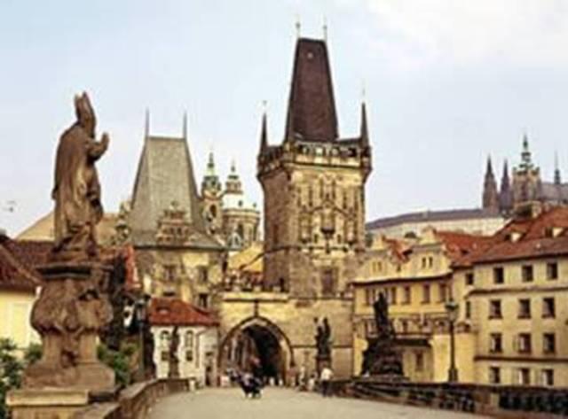 Rep el títol de doctor honoris causa per l'Universitat de Praga