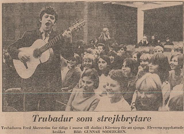 Fred Åkerström sjunger för gymnasiets elever...