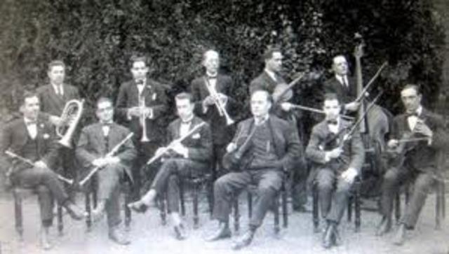 Ocupa un lloc en l'orquestra del seu poble
