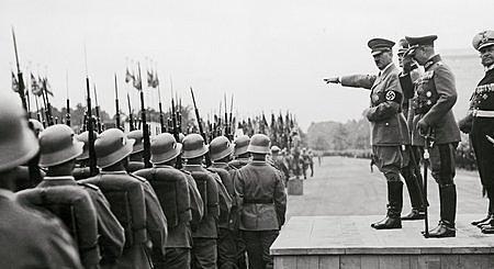 Le 16 Mars 1935 : Hitler commence le réarmement de l'Allemagne.