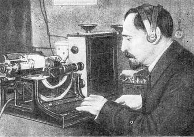 Б.Розинг демонстрирует на стеклянном экране электронно-лучевой трубки телевизионное изображение