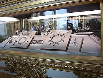 """DE CAMPOS-Socle, présentoirs et vitrines-Présentoirs au Louvres Inconnu-""""Joyaux de la couronne de France""""-1530"""