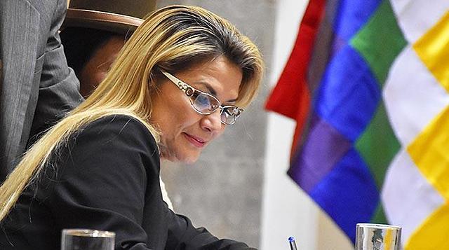 """Áñez anuncia investigación ante """"posible corrupción"""" en la compra de respiradores"""