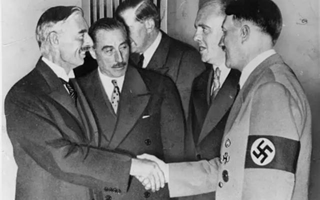 Le Premier ministre britannique Chamberlain apaise Hitler à Munich