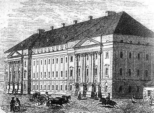 Megkezdi tanulmányait Debrecenben