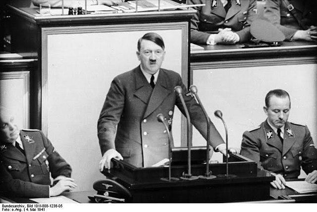 Hitler prend contrôle du pays