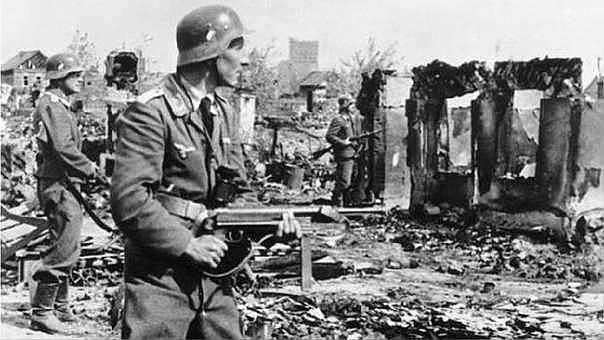 Guerra llampec: Hitler envaeix Polònia i esclata la Segona Guerra Mundial.