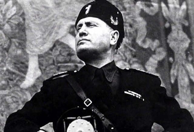 Mussolini, el cap del govern Italià, declara la guerra a França.