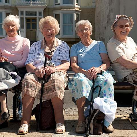 UK suggests to isolate elderly people
