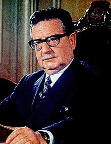 El Presidente democráticamente electo Salvador Allende en Chile fue derrocado y reemplazado por el general Augusto Pinochet.