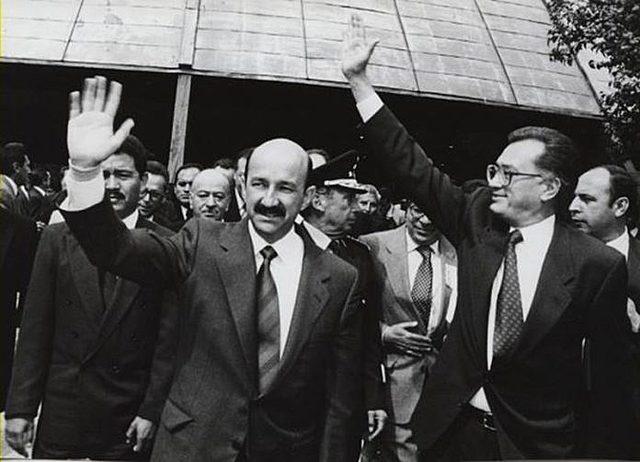En las elecciones, se cae el sistema de cómputo y Salinas de Gortari resulta electo.