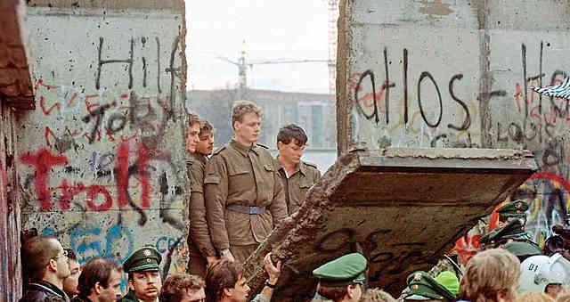 En Europa se derrumba el Muro de Berlín