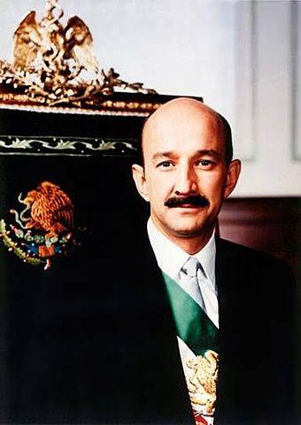 Carlos Salinas de Gortsri asume la presidencia de la República del periodo 1988-1994.