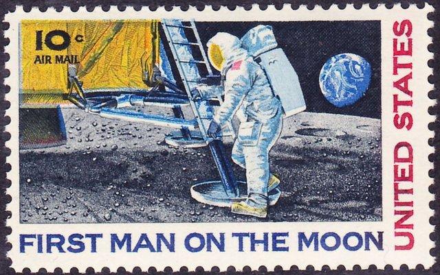 Apollo 11 reaches moon, mkes histroy.