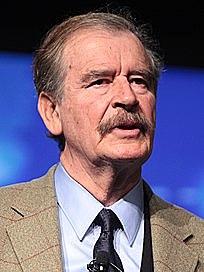 Recibe Vicente Fox la acreditación del Tribunal Electoral del Poder Judicial de la Federación como presidente elegido.