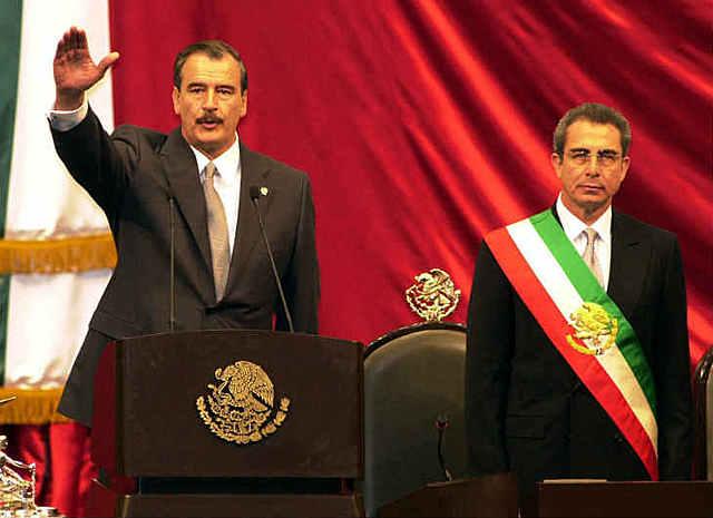 Rinde protesta Vicente Fox Quesada como presidente constitucional de México.
