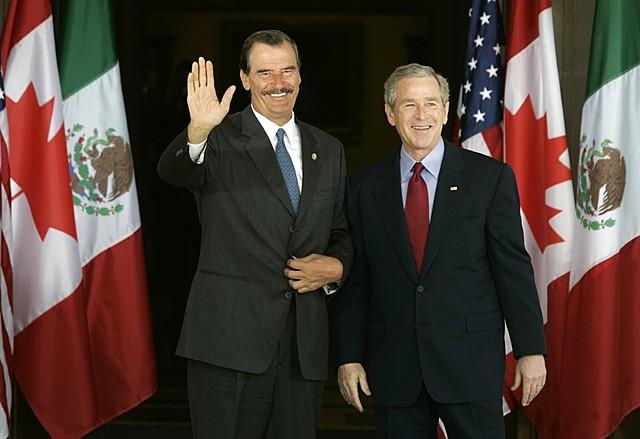 Fox y Bush en la X Cumbre de líderes de la Cooperación de Países del Asia-Pacífico (APEC), en Los Cabos, Baja California Sur.