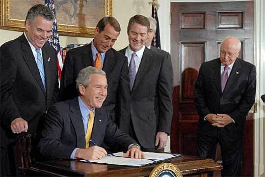 Bush firma una ley para poner una barrera fronteriza entre México