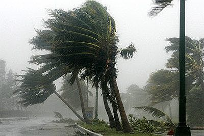 El feroz huracán Wilma toca tierra en México