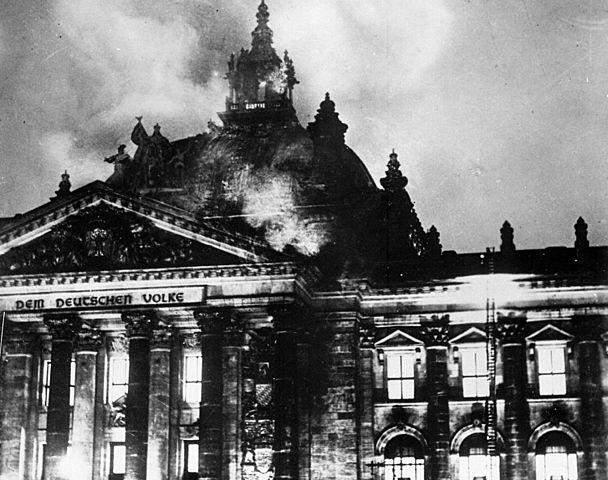 Els nazi provoquen un incendi