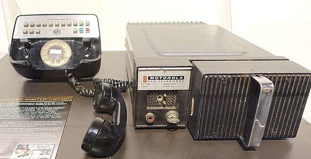 Se crea el primer servicio de telefonía móvil comercial en San Luis, Estados Unidos.