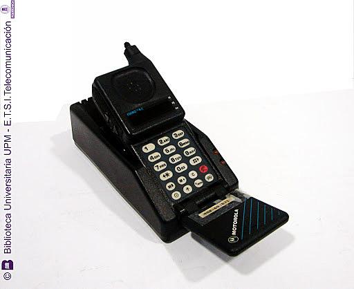 Termina la primera generación de la telefonía móvil con el Motorola microtac 9800x