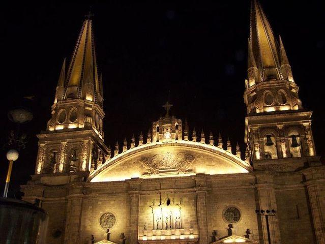 Es colocada la primera piedra de la Catedral.