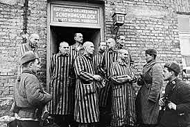 O exército vermelho libertam os prisioneiros do campo de concentração de Auschwitz.