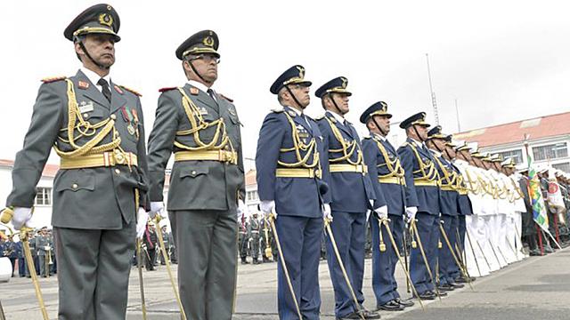 Gobierno autoriza ascenso por decreto de generales de FFAA