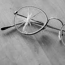 Los lentes rotos