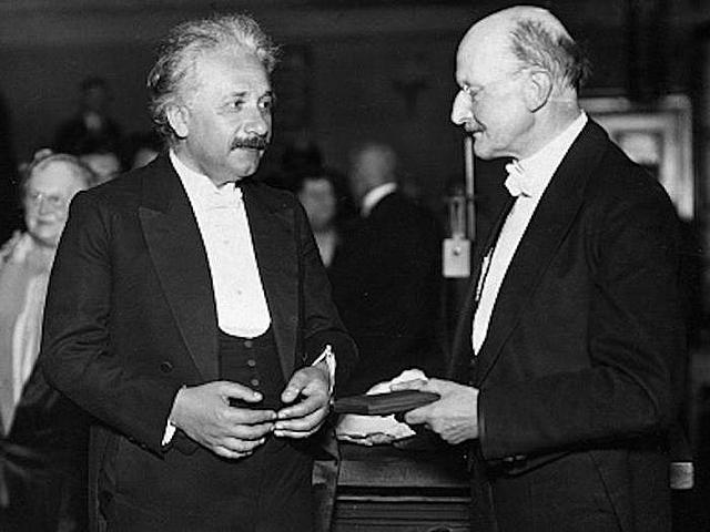 Nobel a Einstein  por su trabajo de efecto fotoeléctrico