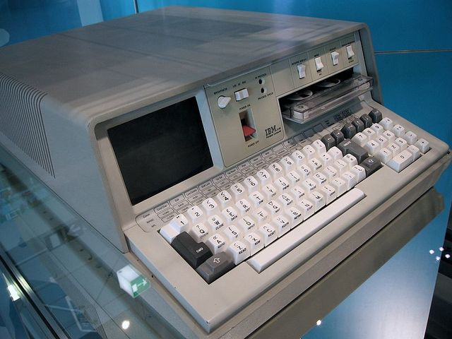 lansamiento del primer pc de IBM, el IBM5100